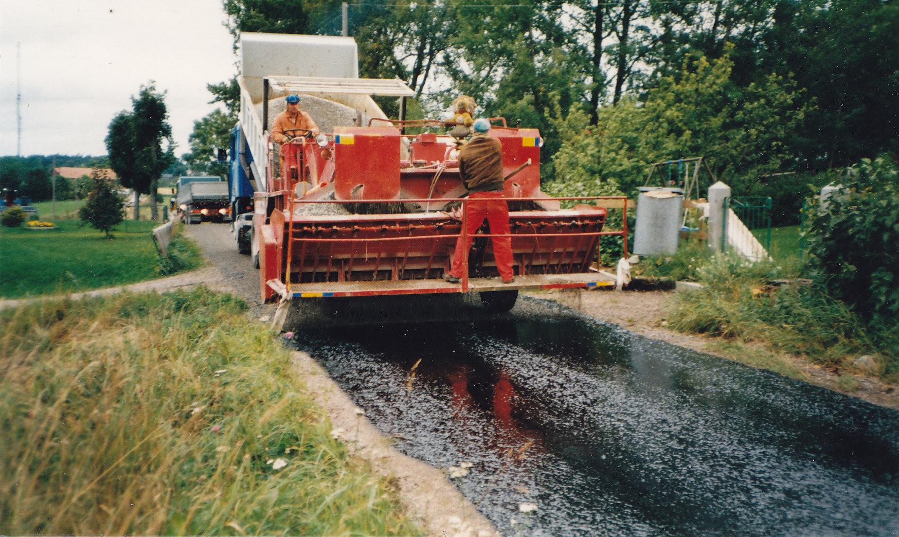Vägbeläggning 1987. Av första vägbeläggningen från 1980kom vissa vägavsnitt att redan 1897 kräva förstärkningsåtgärder,