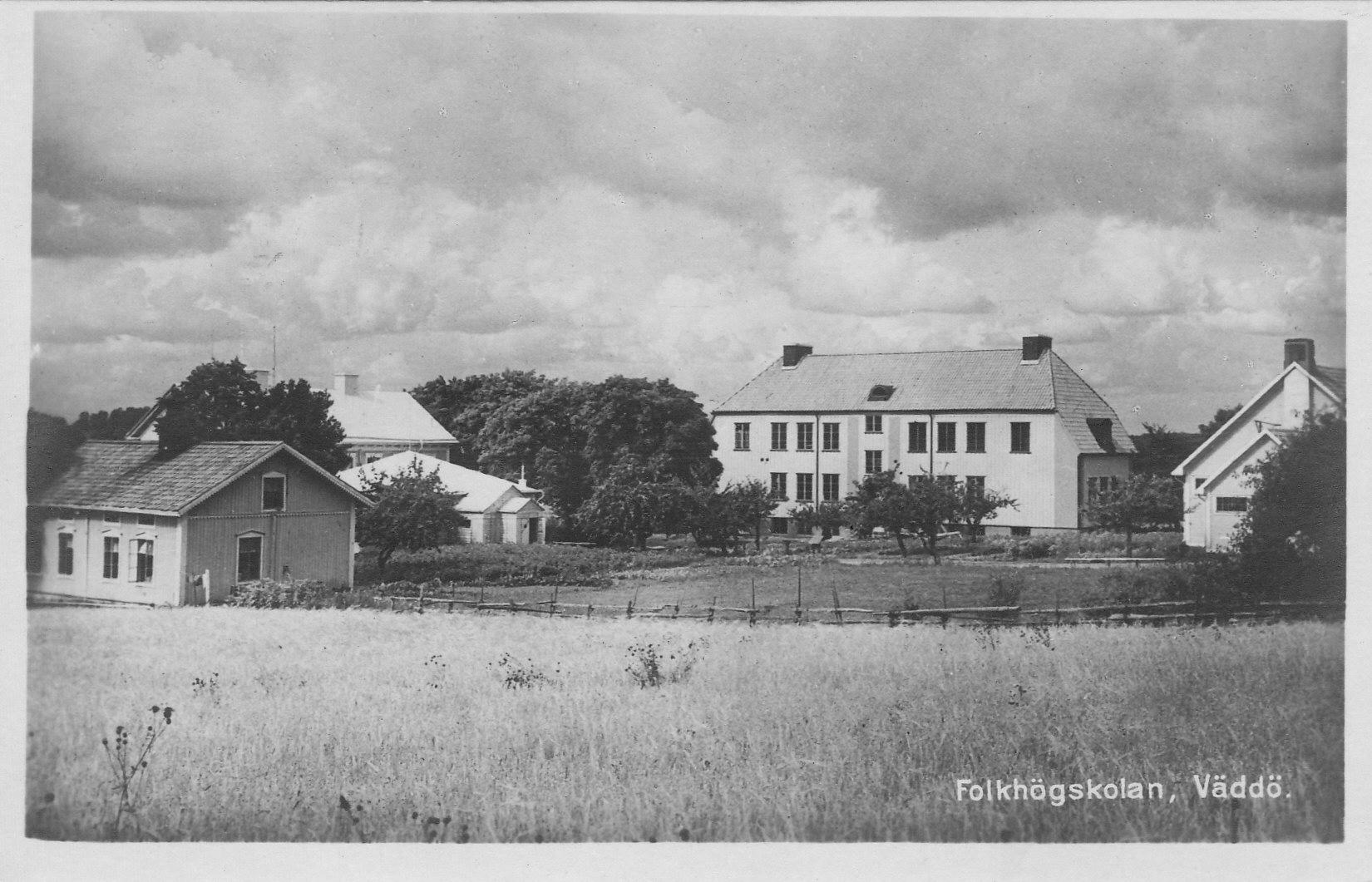 Väddö Folkhögskola. Kortet skrivet 15 augusti 1933.