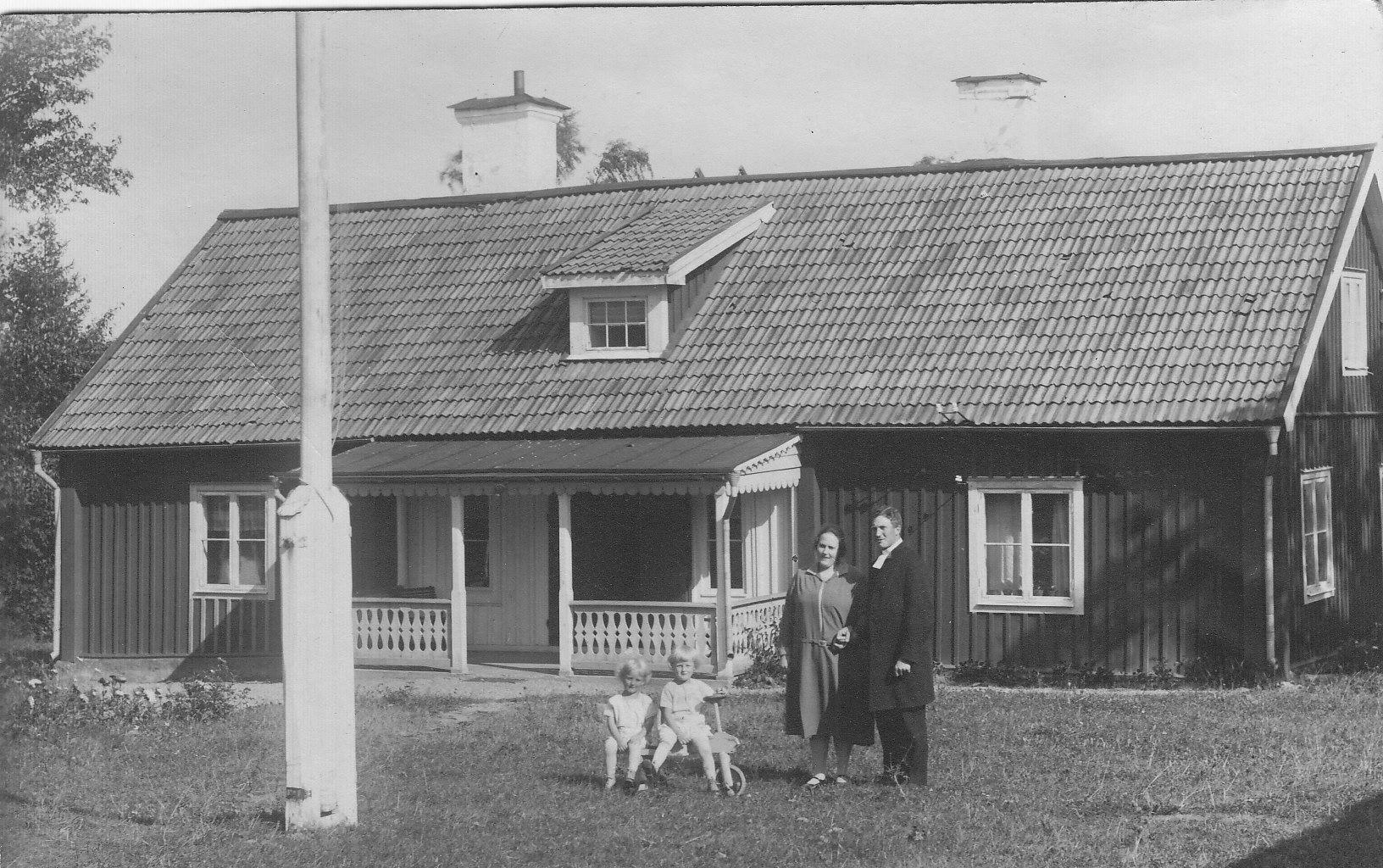 Kommunister Ljungve med fru och barn på Kaplansbacken, Elmsta