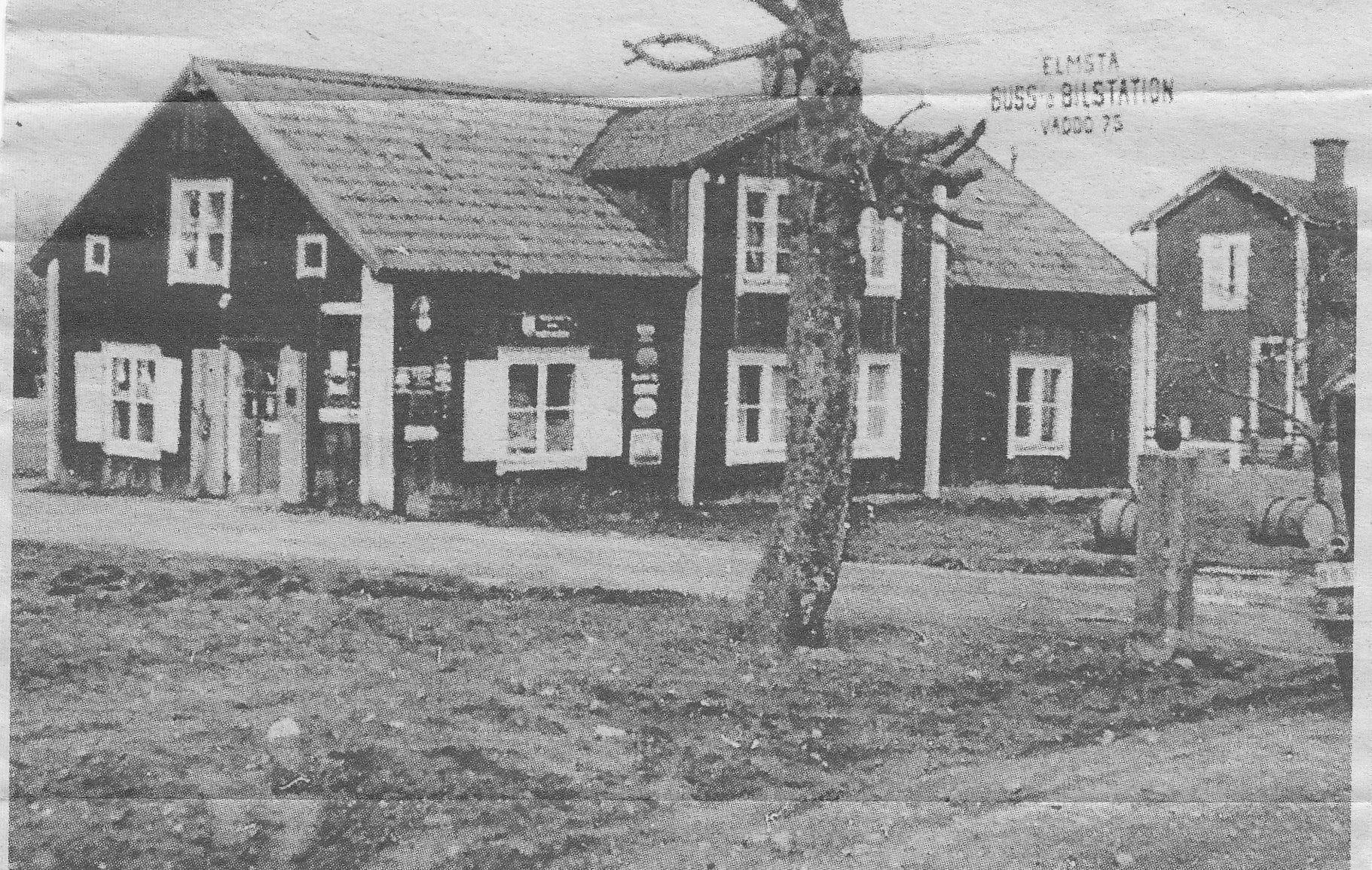 Magnus Erikssons specialaffär i Elmsta. Innan 1935. Byggnaden jämnades med marken och ersattes med en liten busstation med väntrum, kontor och ett lager för gods. Bild ur Norrtälje tidning.