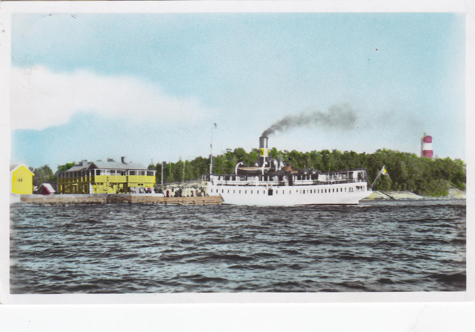 Båten angör Arholma brygga